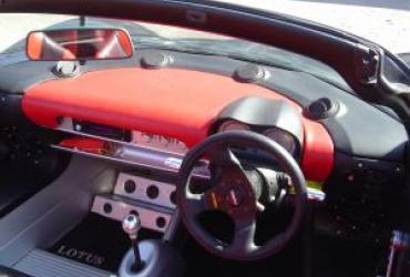 Tableau de bord et sièges d'une voiture décapotable Lotus