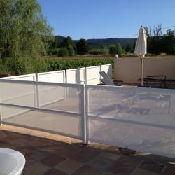 Voile brise-vues tissu pour protéger une terrasse extérieure
