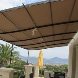 Pergola avec toile d'ombrage sur une terrasse du Var