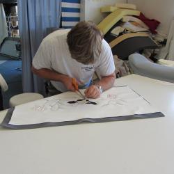 Fabrication d'une selle de moto personnalisée avec motif à Grimaud