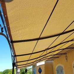 Bâche de pergola couleur écru / beige pour créer de l'ombre sur la terrasse