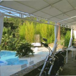 Toile de ramade et bâche de pergola au bord de la piscine à Cogolin